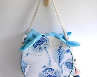 MISS B. cercle en forme de sac poignée sur le dessus. Porcelaine chinoise tissu bleu et blanc. fleur nature laisser impression sac à main. Style153BE. Prêt à expédier