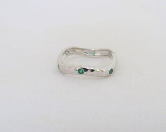 Vintage Sterling Silver Emerald Hammered Swirly Band Ring Size 7