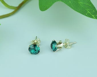 Swarovski emerald crystal sterling silver earstuds.Rich emerald colour.Matching necklace available too.