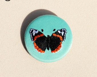 Petite broche brodée papillon vulcain