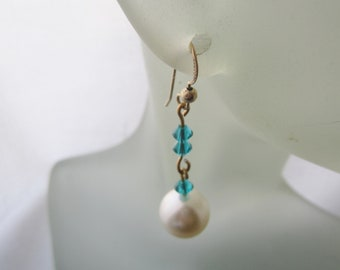 White Faux Pearl Earrings. Blue Bicone Cristal Beads. Linked Earrings. Pendants d'Oreilles. Made in Sweden. Large Faux Pearl Dangle