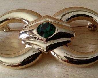 Spilla classica placcata oro con cristalli.