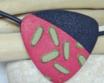 Colgante hecho a mano de arcilla polimérica con pieza texturizada combinando colores