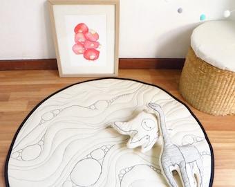 Monochrome nursery play rug, Baby play mat Round kids rug Black white rug nursery decor Gender neutral unisex quilted playmat linen play mat