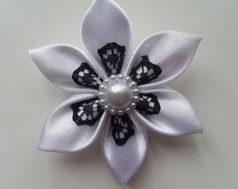 5 cm fleur tissu satin  blanc et dentelle noire  petales pointus