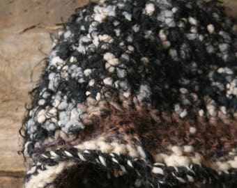 Hot and soft hat in wool blend made of crochet
