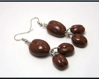 Boucles d'oreille grains de café en fimo marron.