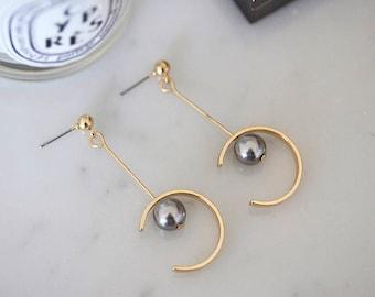 Moon shape earrings with grey pearls