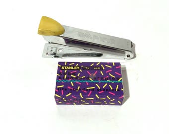 Vintage 1980 Mini agrafeuse et agrafes Mini en Rad fluo géométrique boîte en carton/papier d'artisanat/Empire/Stanley