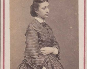 carte de visite antique cdv woman holding arm across tummy checked dress odd hairstyle paris
