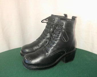 Sz 7 Vintage Short Black Genuine Leather 1990s Women Stump Heel Lace Up Ankle Boots.