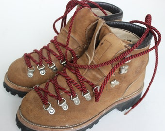 Vintage Dexter Hiking Boots Tan Suede with Red Laces Waffle Stomper Backpacking Camping Vibram Sole Size 7 1/2 M Made in the USA