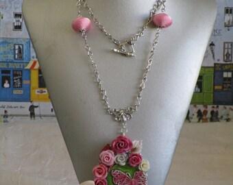 Collier pendentif«papillon dans les roses»