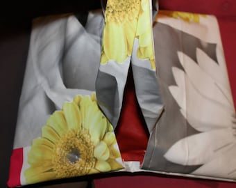 Pie bag in waxed canvas, black, white and color flowers