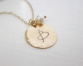 Erste Goldkette mit Süßwasser Perle charmehalskette, gold ursprünglichen Charme, personalisierte gold Halskette, benutzerdefinierte initial, Perle Halskette
