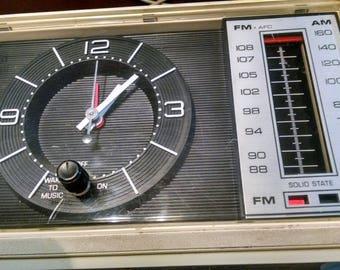 General Electric Radio / Vintage Radio / Retro G E Radio / AM FM Clock Radio / Vintage Electronics / Photo Prop