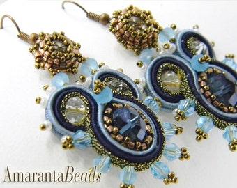 Orecchini soutache. Orecchini ricamati con perline. Orecchini corti e leggeri. Bijoux soutache made in Italy. Orecchini blu e azzurri.