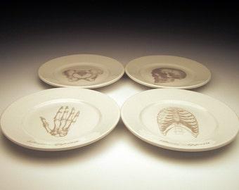 Assiette à dessert appétit os situé dans Ghostie Grey, plaques squelettiques, vaisselle halloween, table de goth, dessins anatomiques, docteur cadeau, horreur