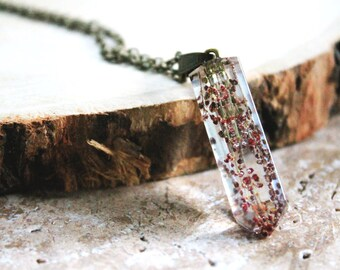 Bijoux résine, pendentif pointe cristal, bijoux résine fleurs pressées, fleurs sauvages roses/rouges, résine inclusion, pendentif botanique