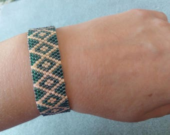 Green cream bracelet. peyote bracelet. bracelet for her. Bracelet with locking in Cardwell. bracelet for gift
