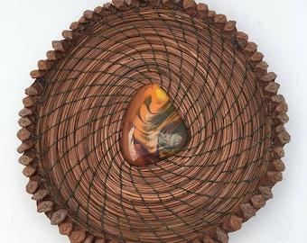 Aiguille de pin panier avec tourbillonné vert/or Glass Center-article 748 par Susan Ashley