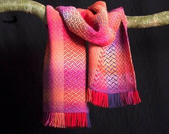 Shawl, meerkleurige wol. ± 175 X 37 cm. Handgeweven.