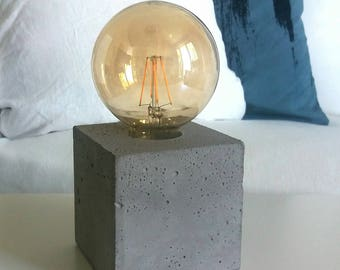 """Table lamp """"Willi"""" made of gray concrete, cube"""