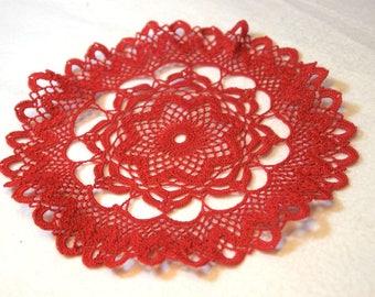 Rotes Häkeldeckchen, 27cm im Durchmesser aus reiner Baumwolle, mercerisiert, echte Handarbeit