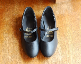 vintage shoes / black leather mary jane flats / size 7