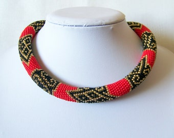 Bead crochet necklace in red and black with geometric pattern - statement necklace - geometric necklace - Beadwork - modern necklace