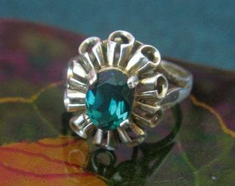 Sterling silver green stone set dress ring