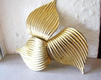 Vintage large, gold Sarah Coventry pinwheel leaf brooch (H5)