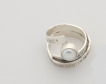 Silver ring with lyrics by Ch.Baudelaire engraved and pearl