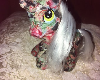 """Floral print unicorn with white mane and tail 4x4"""""""