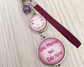 porte-clés MAMIE ,  bijou de sac a message thème une mamie qui déchire rose.REF.43