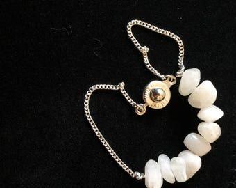 Thin and feminine Bracelet (chain and white quartz)