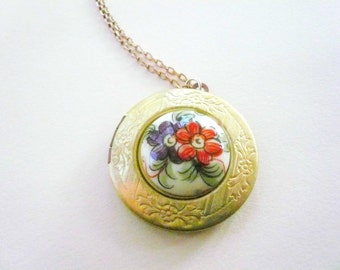 Romantic gold locket necklace. Detailed flowers Victorian locket. Vintage locket. Gold photo locket. Valentines Day Gift. Medium size.