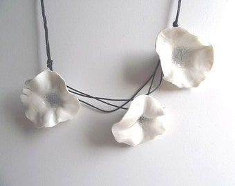 Porcelain necklace with Three Fresh White Flowers  - Necklace from Italy