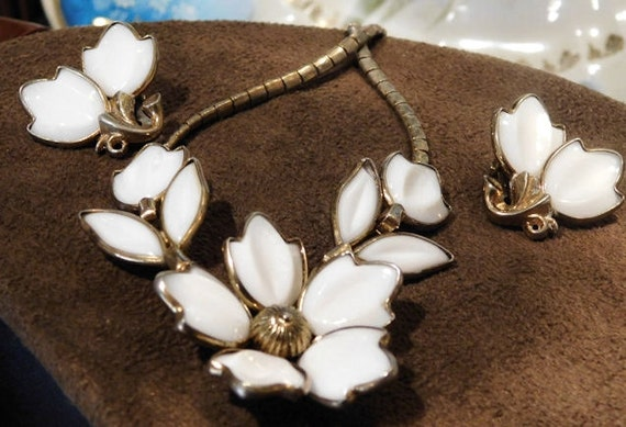 Crown TRIFARI Poured Milk Glass Necklace Earrings / Demi Parure / Alfred Philippe