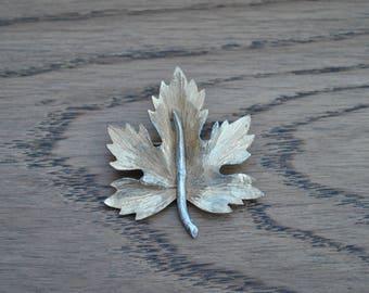 Vintage gold tone brooch - Leaf