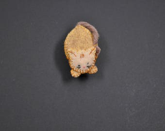 Ready to jump in beige felt cat brooch
