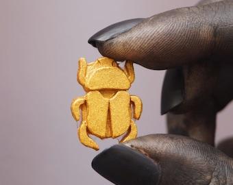 Small Scarabeide pin Golden resin