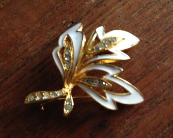 Vintage White Enamel, Rhinestone / Crystal and Gold Tone Leaf and Flower Brooch - Very Stylish, and a good example. In Good Condition