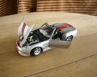 Shelby series 1 Car - 1:18 Scale Die-Cast Metal by Road Signature – Silver with Red Stripes