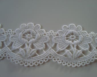 2 m wide lace 100% white cotton 8 cm large stem and leaf daisy flowers