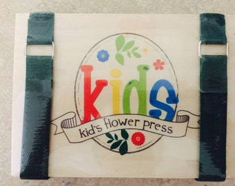 This fun little press is ideal for kids.   Includes 6 corrugated ventilators/ 10 sheets  blotter paper/ strong straps / metal buckle.