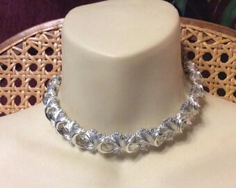Vintage 1950s rhodium silver metal crossed leaves link choker necklace.