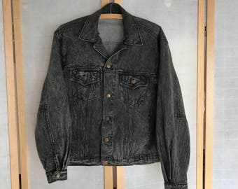 Guess Large Mens Jean Jacket. 100% cotton. Grey Black Denim Acid Wash. Nice softened denim. Great style from the 1980s! Vintage Guess Jacket