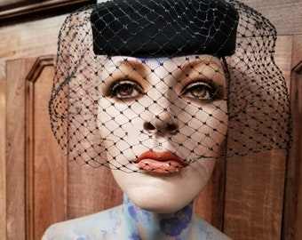 Black pill box hat with veil / 50's hat with veil / Vintage pillbox hat