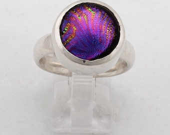 Ring with dichroic glass
